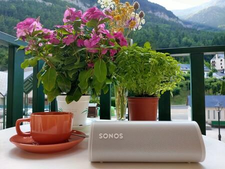 Pequeño pero matón: Sonos Roam, un altavoz inteligente y superportátil que te permite llevar la música a todos sitios