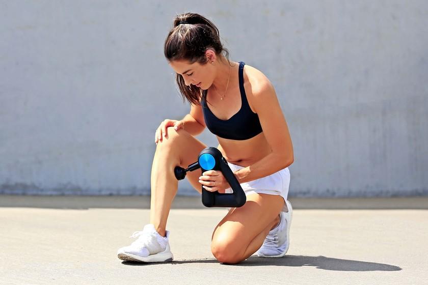 Pistolas de masaje muscular para terapia de percusión: así es como funcionan para ayudarte a descargar tus músculos