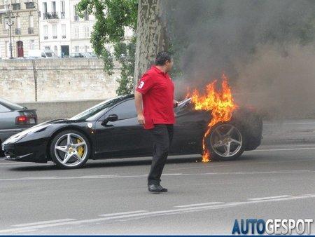 Ferrari 458 Italia incendiado