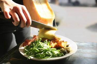 Raclette NYC, un restaurante donde la forma de servir queso es sencillamente extraordinaria