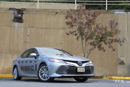 Manejamos el Toyota Camry Hybrid, adiós al mito sobre autos híbridos simples y desabridos