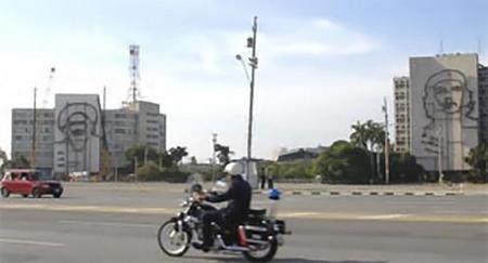 Cuba: la imagen de Camilo Cienfuegos acompaña al Che