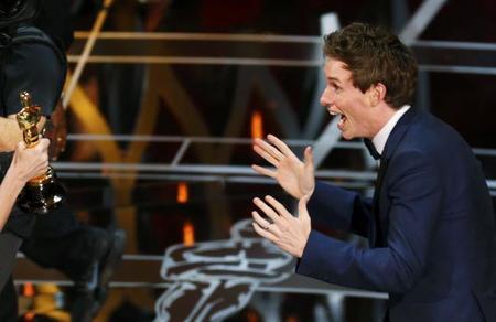 Eddie Redmayne emocionado recibiendo el Oscar