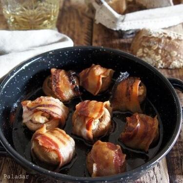 Champiñones con tocino, nueces y queso azul, una receta sencillísima para picotear o acompañar carnes