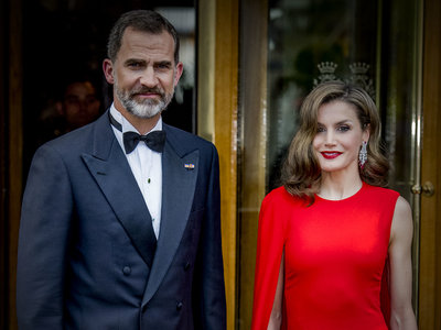 Doña Letizia impacta con este impresionante vestido rojo