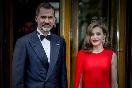 Doña Letizia impacta con este impresionante vestido rojo de Oscar