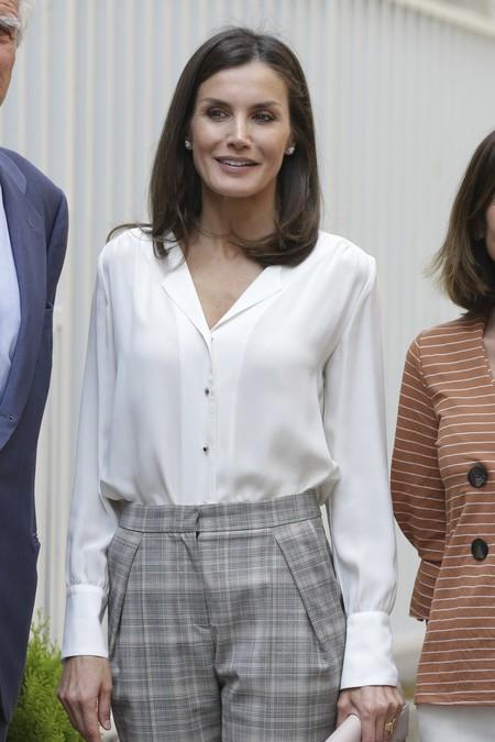La Reina Letizia consigue el perfecto look de oficina con unos pantalones de cuadros