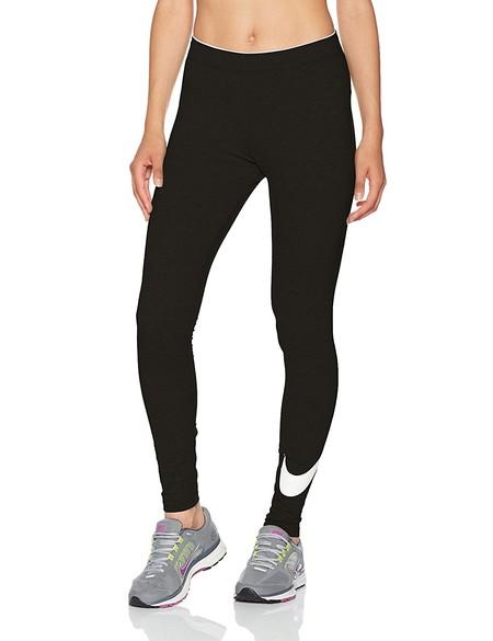 Los leggings deportivos Nike  Club Swoosh en color negro están disponibles por 17,45 euros en Amazon