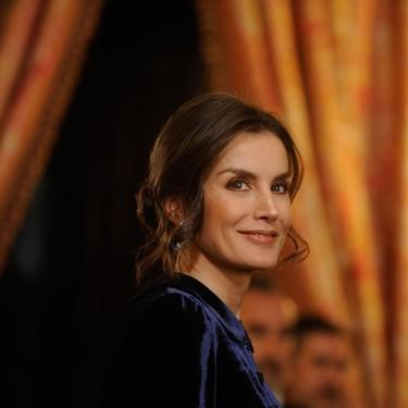 La reina Letizia deslumbra con su look de terciopelo azul en la recepción del Cuerpo Diplomático