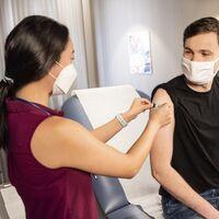 Pfizer para ti, Janssen para mí: estas son las vacunas usadas en cada grupo de edad