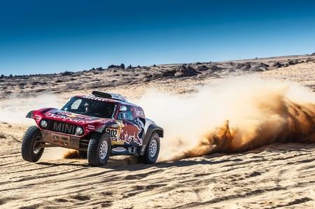 Carlos Sainz aguanta el ataque de Stéphane Peterhansel para aumentar su ventaja antes de que el Dakar descanse