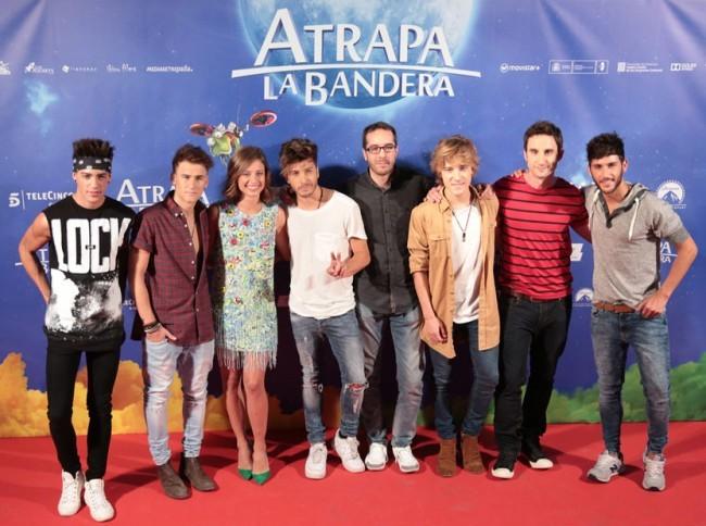 Enrique Gato, Dani Rovira, Michelle Jenner y el grupo Auryn en el estreno de Atrapa la Bandera