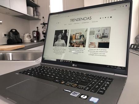 Hay un portátil de 17 pulgadas de LG que pesa tan poco que es comodísimo para teletrabajar y montar una oficina en cualquier sitio (lo he probado)