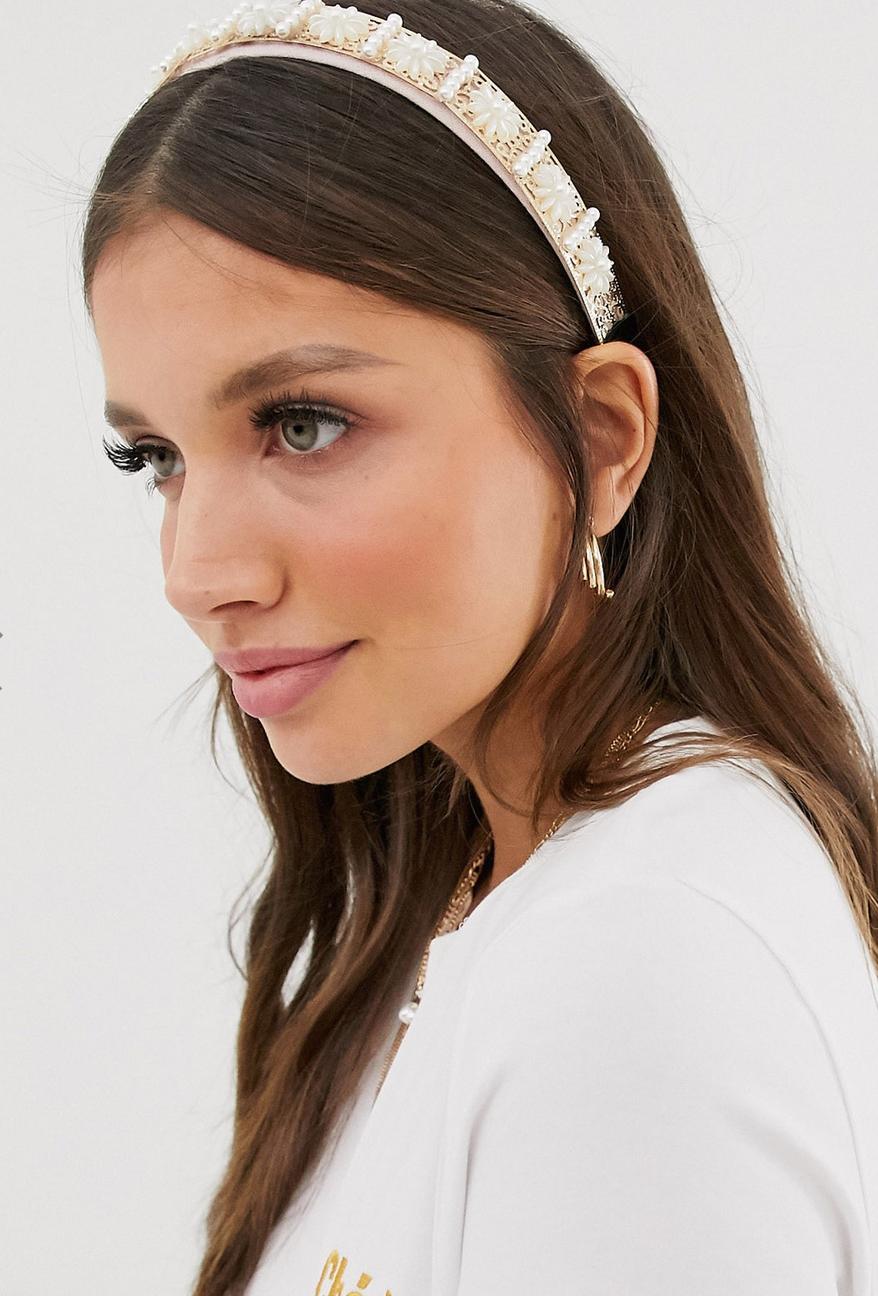 Diadema con adornos de perlas y dorados de SVNX