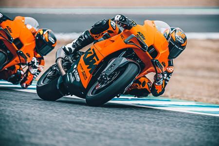 ¡Vaya bestia! La exclusiva KTM RC 8C es la nueva moto de circuito de KTM con 128 CV y tecnología de MotoGP