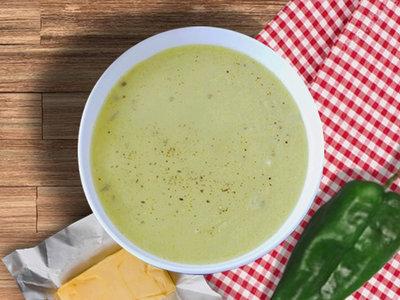 Crema de chile poblano con queso menonita. Receta mexicana sencilla