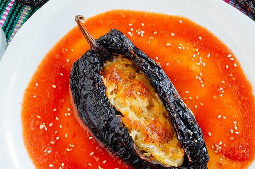 Chile ancho relleno de pollo. Receta mexicana fácil