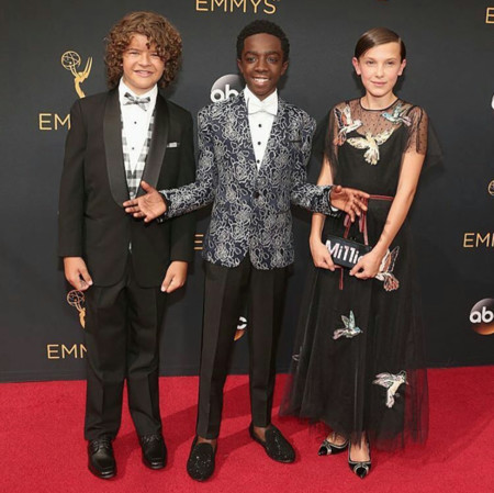 Millie Bobby Brown demuestra a todos cómo debe vestir una niña en la alfombra roja de los Emmy 2016