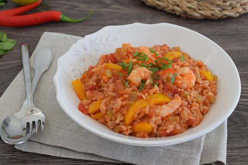 """Jambalaya de langostinos y tomate: receta de """"arroz con cosas"""" para comer bien sin complicaciones"""