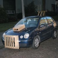 Transformando coches de desconocidos en superdeportivos con cartón y cinta adhesiva