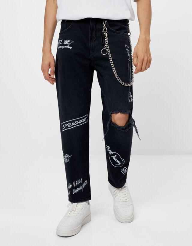 Jeans corte straigh con detalle de rotos y grafiti
