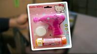 La expulsaron del colegio por querer jugar con una pistola de pompas de jabón