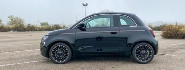 Probamos el Fiat 500e: el icono italiano convertido en coche eléctrico es todo suavidad y dulzura
