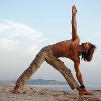 Trikonasana: las claves para realizar la postura del triángulo de Yoga de forma perfecta