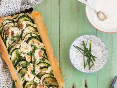 Tarta salada de yogur griego, calabacín y queso feta. Receta