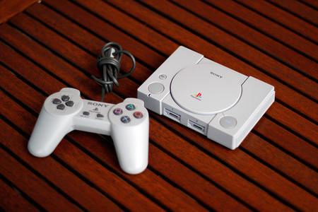 Consola Sony PlayStation Classic, con 20 juegos y dos mandos, rebajadísima en PcComponentes: en oferta por sólo 24,99 euros