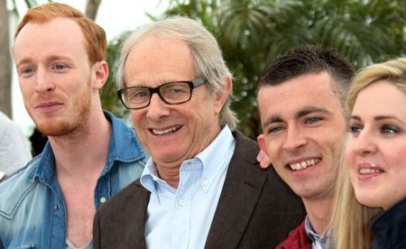 Loach y algunos de los actores del film en Cannes