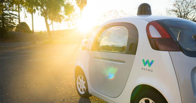 Alphabet quiere lanzar este otoño un servicio de coches autónomos compartidos, según The information