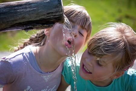 ninas-beber-agua