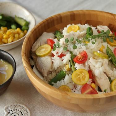 Ensalada de arroz con pollo asado, espárragos y maíz con aliño especial