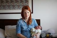 One Day Young, serie de fotografías de bebés con un día de vida en brazos de sus recién estrenadas mamás