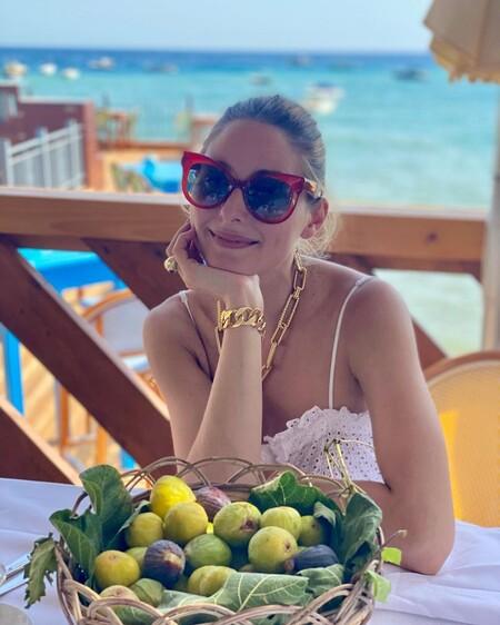 Copiamos el look de Olivia Palermo con el que pisar la playa derrochando estilo