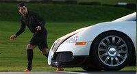 El Bugatti Veyron se atreve con todo... incluso con Cristiano Ronaldo