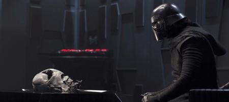 Kylo Ren observando la máscara de Vader