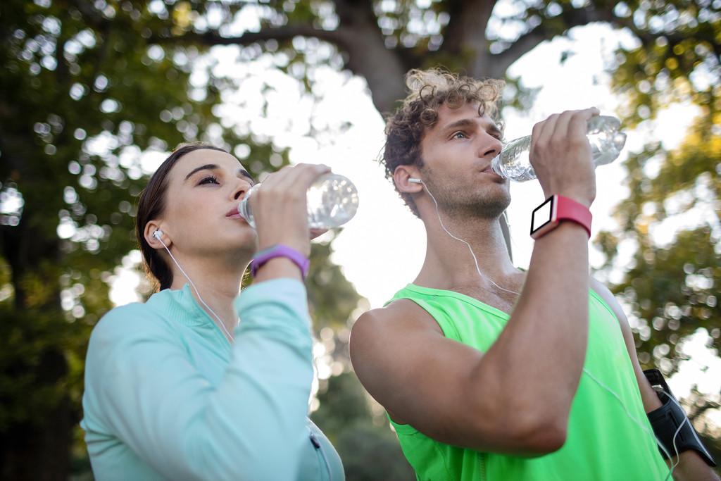 Agua del grifo y agua embotellada, ¿son ambas opciones saludables?