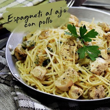 Espagueti al ajo con pollo. Receta en video