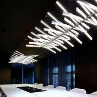 RYTHM una lámpara de suspensión vertical con dos enfoques de luz y mútiples configuraciones
