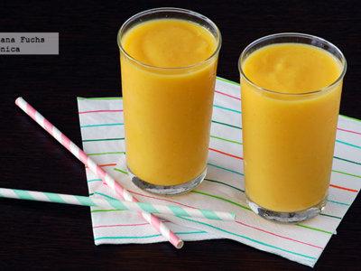 Smoothie o batido de piña, mango y coco. Receta saludable