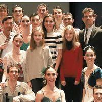 La princesa Leonor y la infanta Sofía acuden al ballet de Massimo Dutti, una de las marcas del vestidor de Doña Letizia