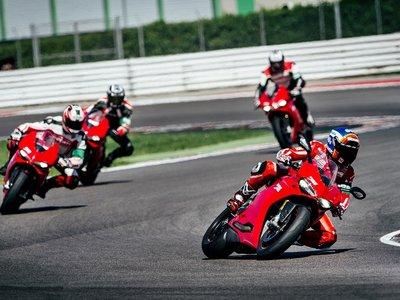 Aprende a mesa puesta y mejora tus habilidades en moto con la Ducati Riding Experience