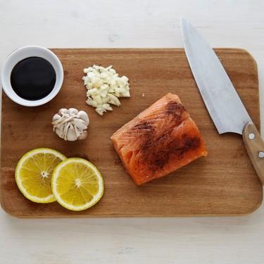 Las tablas de cortar de madera sí son seguras: cómo cuidarlas y limpiarlas correctamente