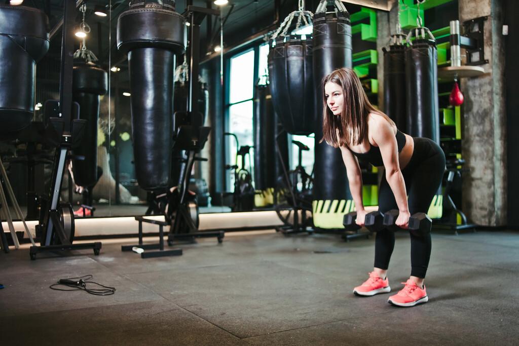 Cinco variantes del ejercicios de peso muerto que puedes hacer en el gimnasio para trabajar glúteos y piernas