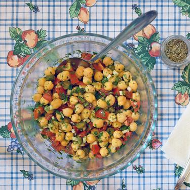Receta de ensalada de garbanzos y tallo de brócoli con cilantro y limón, ideal para comer solos (o multiplicar las raciones)