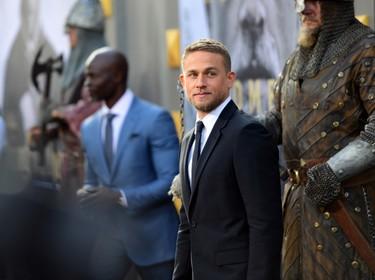 "De rigurosa etiqueta, Charlie Hunnam estrena su cinta ""King Arthur"" en Hollywood"