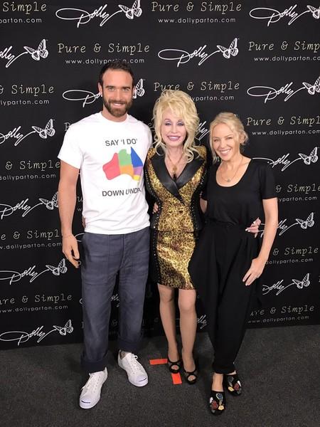 Que no, que Kylie Minogue y Joshua Sasse no se casarán hasta que sea igual para todos en Australia