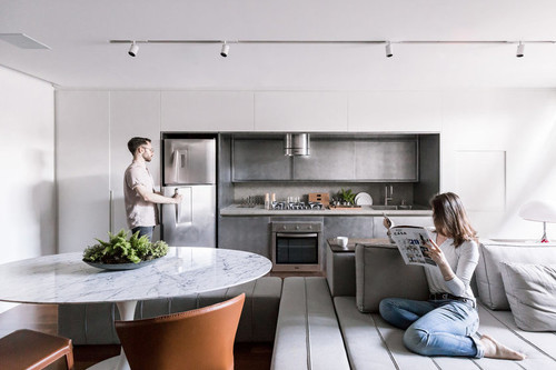 Puertas abiertas; un apartamento de 70 m2 con un amplio dormitorio y un gran espacio común para compartir